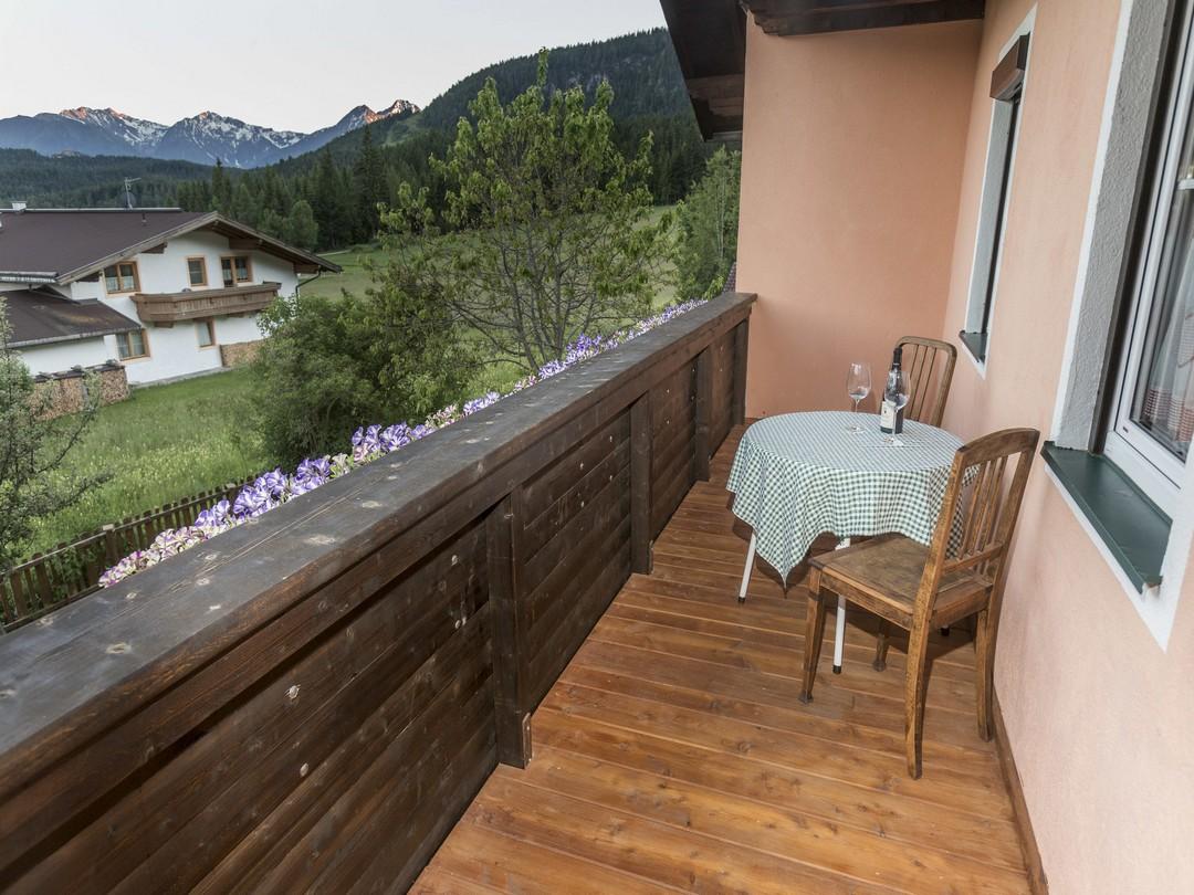 haus hahnenhof leutasch ferienwohnung apartments in leutasch bei seefeld tirol olympiaregion tirol. Black Bedroom Furniture Sets. Home Design Ideas